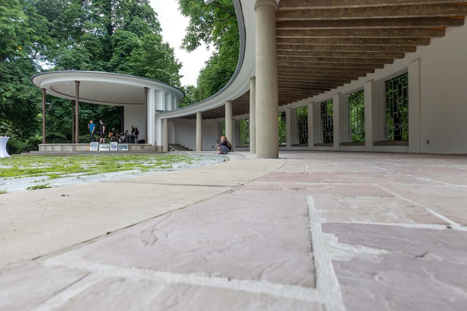 Der Wandelgang am Pavillon: Hier gibt es ein WC und eine kleine Küche.