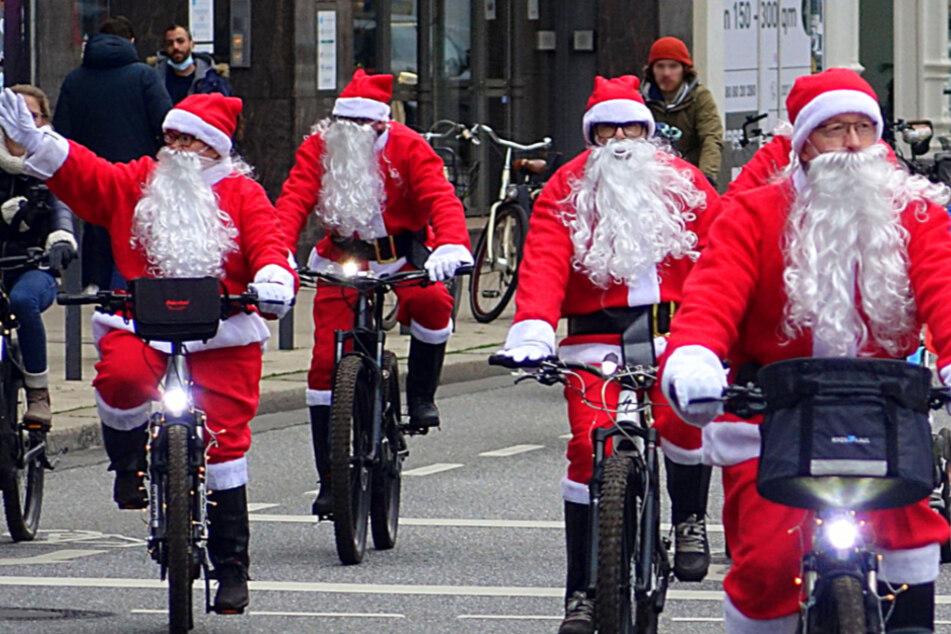 Die verkleideten Weihnachtsmänner umrundeten die Demonstranten.