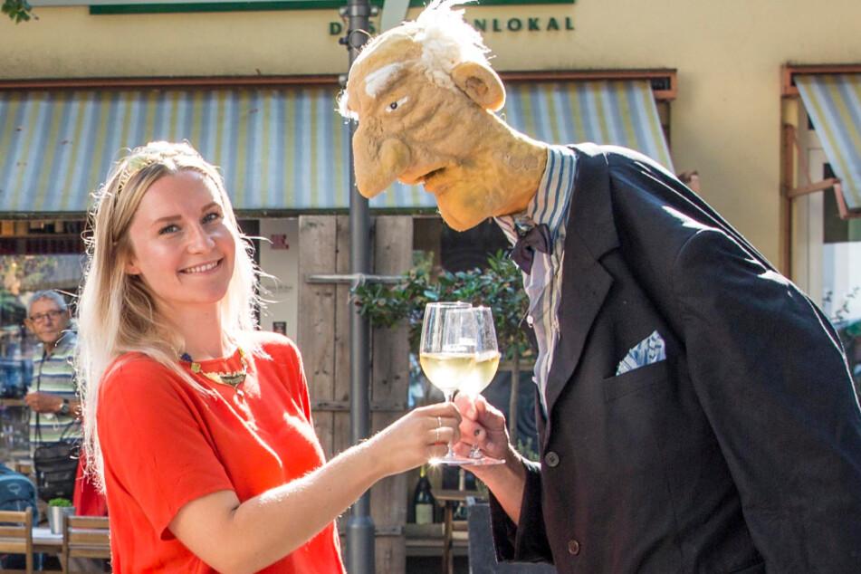 Weinprinzessin Theresa Zwicker (28) freut sich auf den Auftritt von Künstler Wolfgang Lasch (70) als Herr Arnold Böswetter.