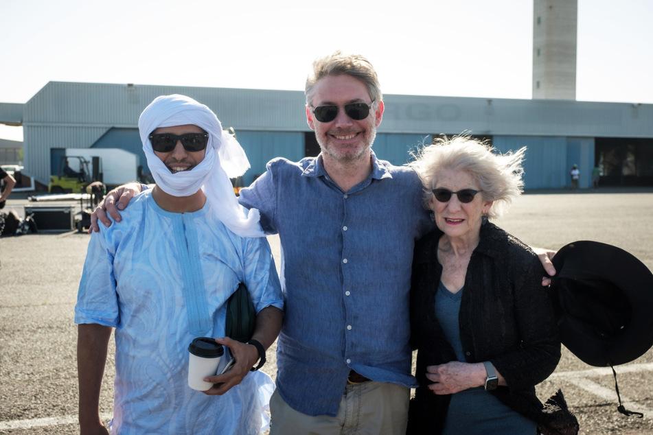 Der echte Mohamedou Ould Slahi (50, l.), Regisseur Kevin Macdonald (53, M.) und die real existierende Nancy Hollander am Filmset.
