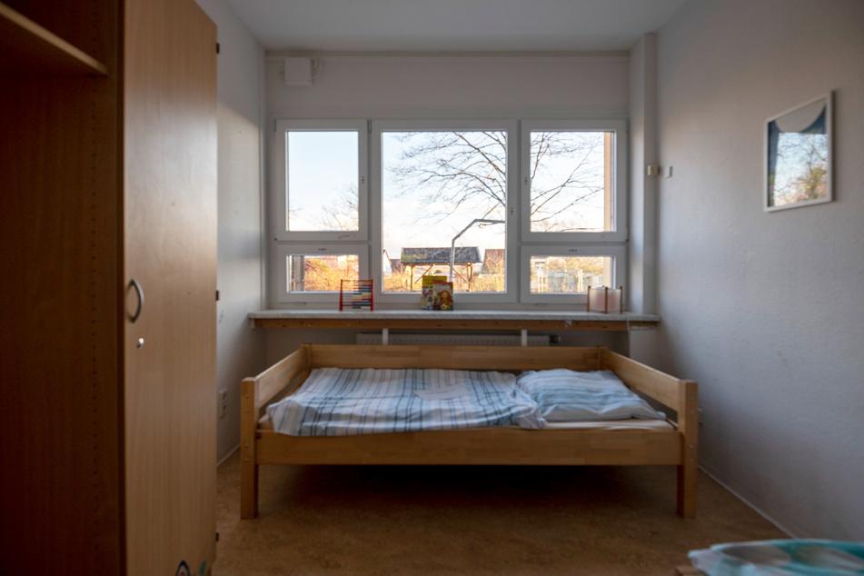Zwei Kinder oder Jugendliche teilen sich jetzt ein Zimmer.