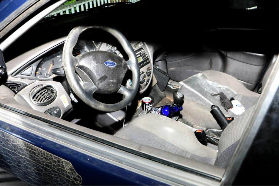 Der Innenraum des Ford Focus mit einer Dose Whisky-Cola im Getränkehalter neben dem Fahrersitz. Im Bereich der Rückbank befanden sich weitere Flaschen alkoholischer Getränke.