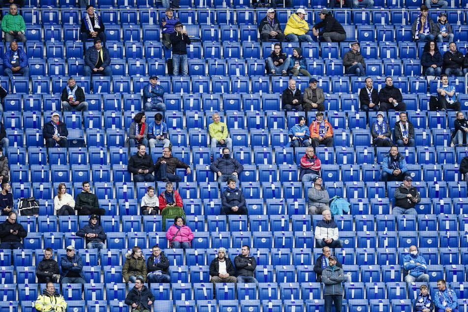 Ob Zuschauer bei Fußballspielen erlaubt sind, soll zukünftig spätestens einen Tag vorher entschieden werden.