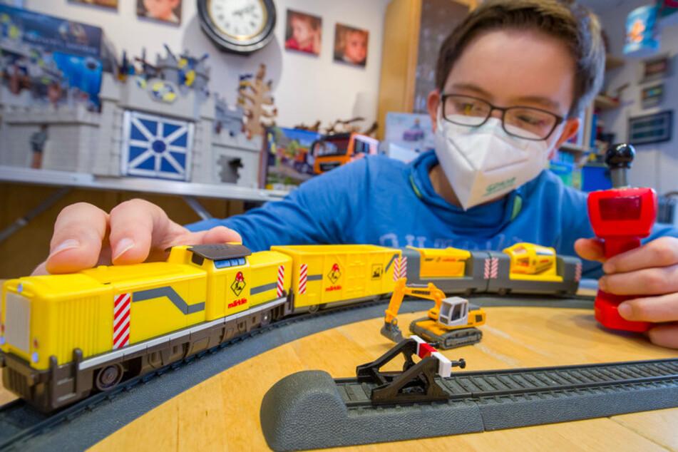 """Tim spielt mit der Märklin my world Startpackung """"Baustelle"""". Das Spielzeug gehört zu der vom Bundesverbands des Spielwaren-Einzelhandels (BVS) herausgegebenen Liste der """"Top 10 Spielzeuge 2020""""."""