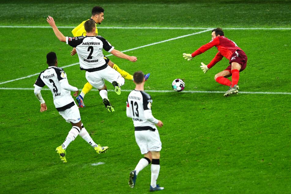 BVB-Flügelflitzer Jadon Sancho (M.) schiebt den Ball in dieser Szene lässig zum 2:0 unter SCP-Keeper Leopold Zingerle hindurch.