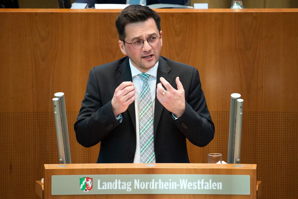 NRW-SPD-Chef Thomas Kutschaty hat sich dafür ausgesprochen, dass Kommunen selber entscheiden können, ob die Schulen geschlossen werden sollen.
