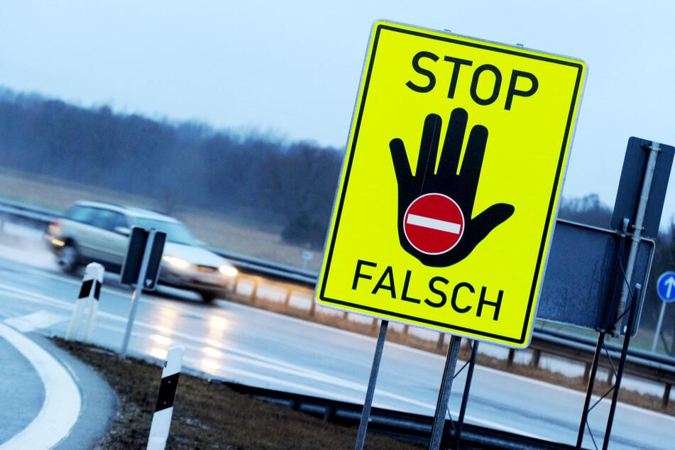 Betrunkene Geisterfahrerin (23) versteckt sich nach Unfall hinter der Leitplanke