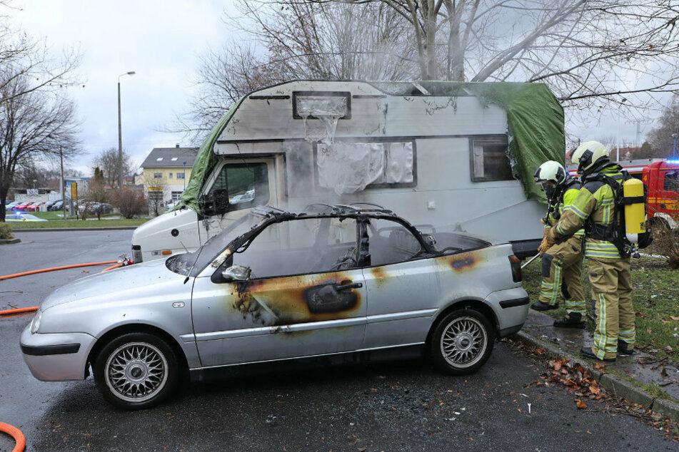 Der Wagen: Totalschaden. Aber auch das benachbarte Fahrzeug, ein Wohnmobil, wurde in Mitleidenschaft gezogen.
