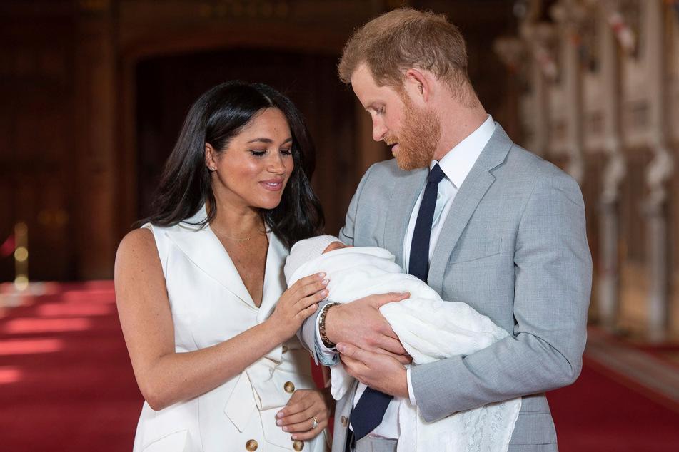 """Bilder von Lili Diana gibt es bislang noch nicht. Hier halten Mama Meghan (39) und Papa Harry (36) ihren ersten Sohn """"Archie"""" in der Hand, der 2019 zur Welt kam."""