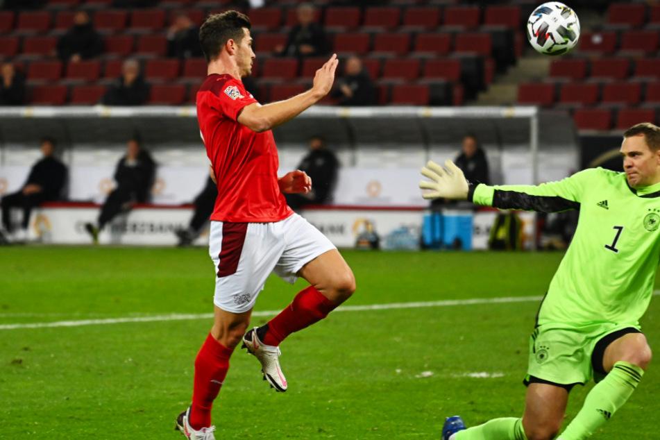 Remo Freuler (l.) überlupft Manuel Neuer und trifft zum 2:0 für die Schweiz