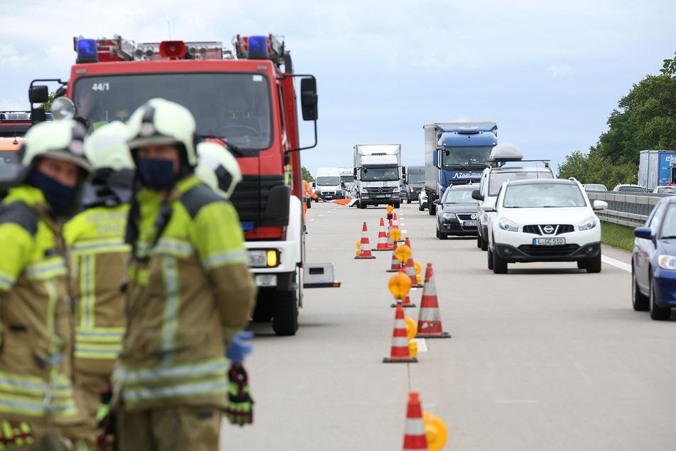 Im Einsatz war auch die Feuerwehr. Durch den Unfall bildete sich ein langer Stau.
