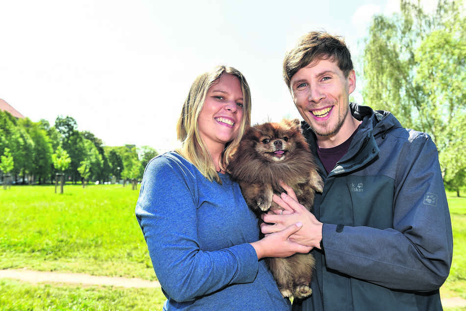 """Alice (27) und Markus (28) sind mit Zwergspitz Dexter (2) glücklich in der Johannstadt. Alice wünscht sich, dass die Stadt künftig beim Festlegen der Hundesteuer die Größe des Hundes mit berücksichtigt: """"Diese Differenzierung wäre nur fair."""""""
