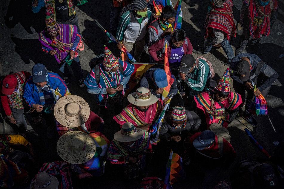 Menschen in traditionellen Trachten nehmen inmitten der Corona-Pandemie an einem Protest gegen die erneute Verschiebung der Präsidenten- und Parlamentswahlen teil. (Archivbild)