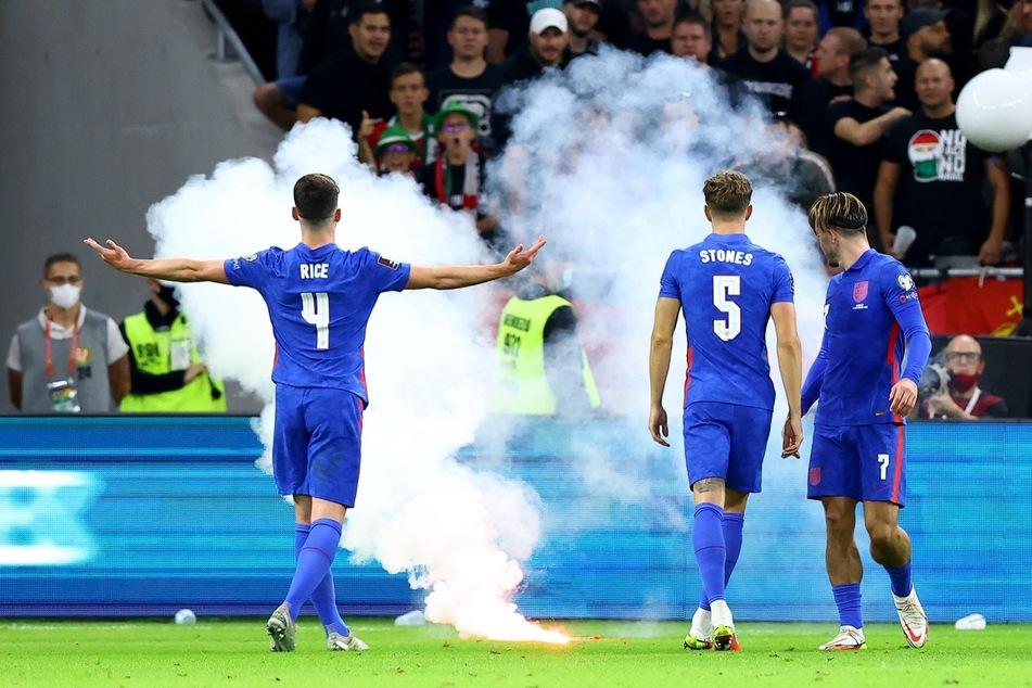 Kein einfacher Abend: Den englischen Spielern kommen von den Rängen nicht nur Rufe entgegen.