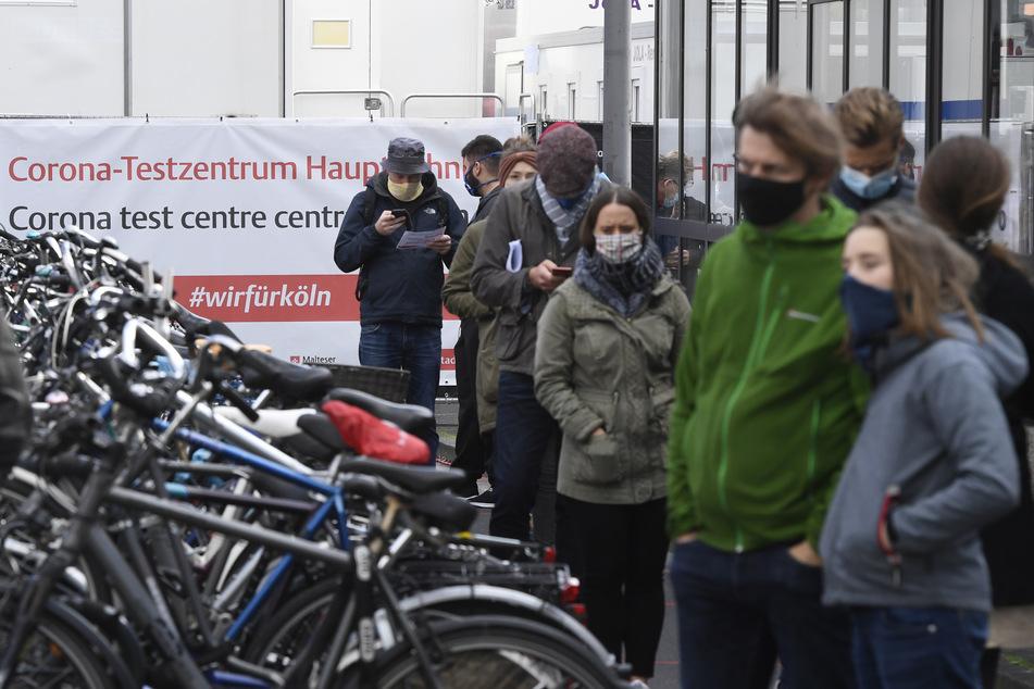 Reisende stehen vor dem Corona-Testzentrum am Hauptbahnhof und warten bis zu zwei Stunden, um einen Schnelltest machen zu können.