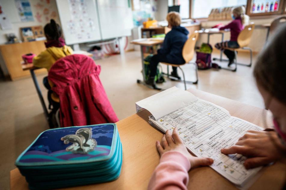 Im kommenden Schuljahr soll es in Hessen keine Schulschließungen und keinen Distanz- oder Wechselunterricht mehr geben. (Symbolbild)