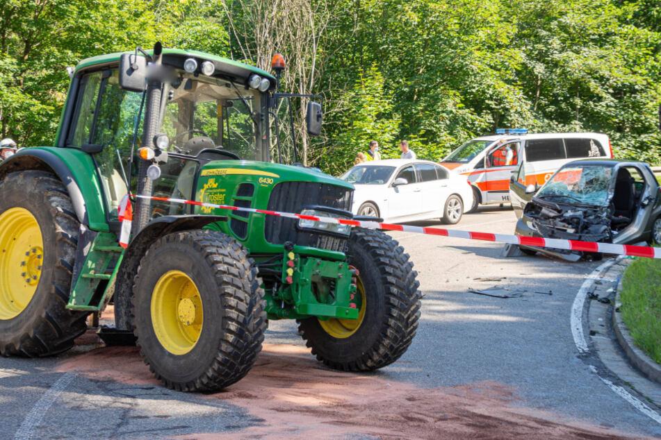 Der Traktor stieß mit dem Smart zusammen.
