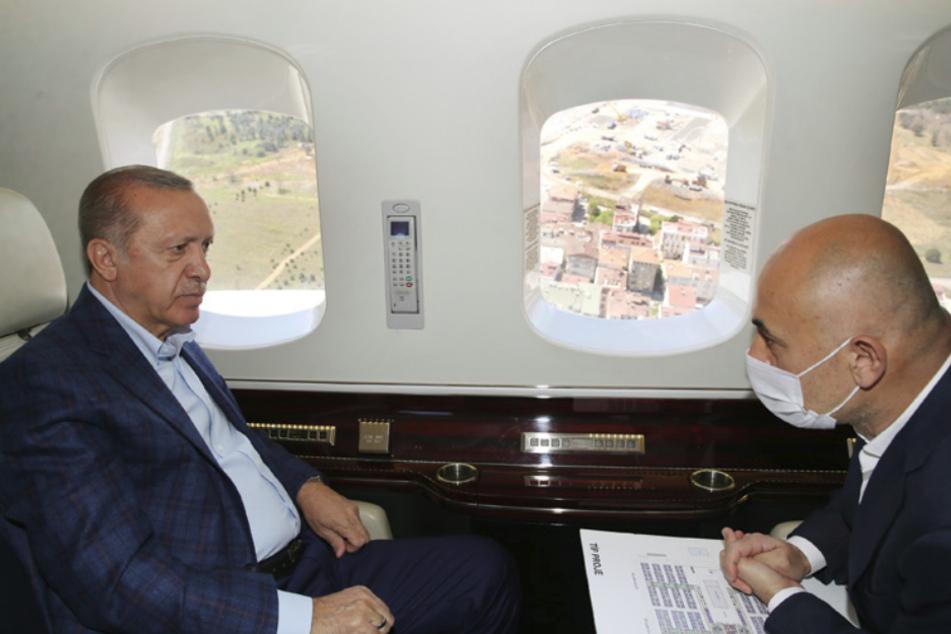İstanbul: Recep Tayyip Erdogan (r), Präsident der Türkei, fliegt mit dem Präsidentenhubschrauber über das Istanbuler Ikitelli Basaksehir-Stadtkrankenhaus und andere medizinische Einrichtungen, die im Bezirk Sancaktepe als Maßnahmen zur Eindämmung des Coronavirus gebaut werden.