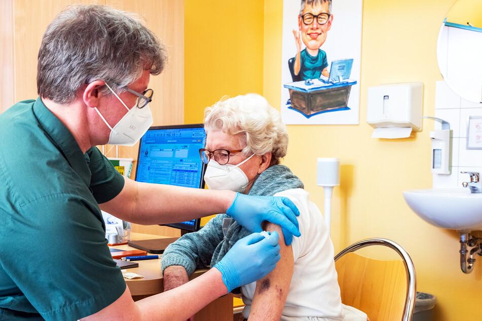 In seiner Hausarztpraxis impft Stefan Zutz eine 95-Jährige mit dem Corona-Impfstoff AstraZeneca. Bislang darf er das nur innerhalb eines Modellprojektes.