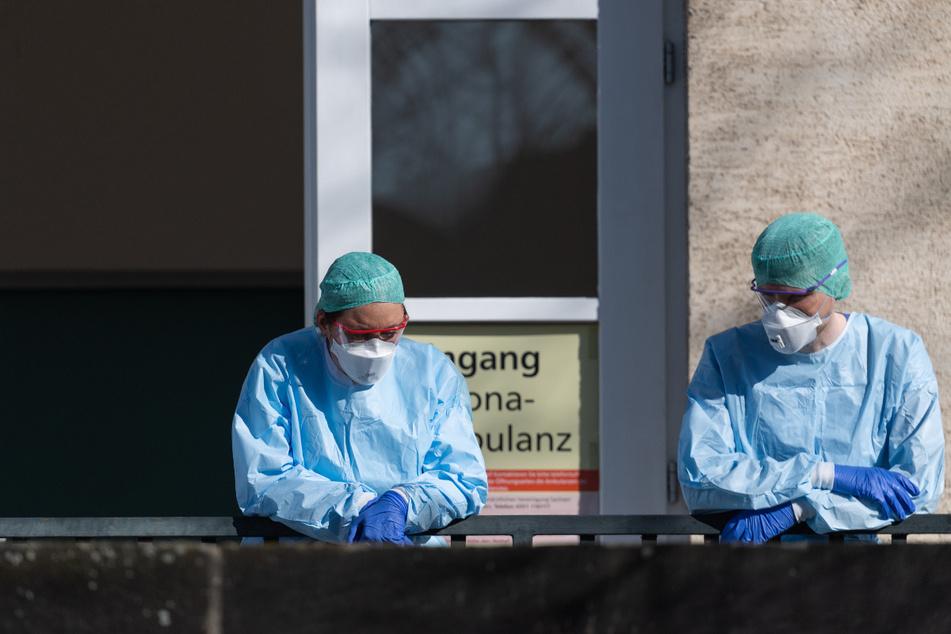 Kurze Pause: Mitarbeiter der Corona-Ambulanz am Uniklinikum Dresden.