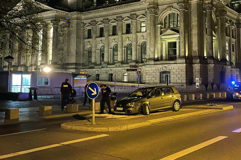 Berlin: Baby an Board? Auto kracht vor Reichstag auf Mittelinsel