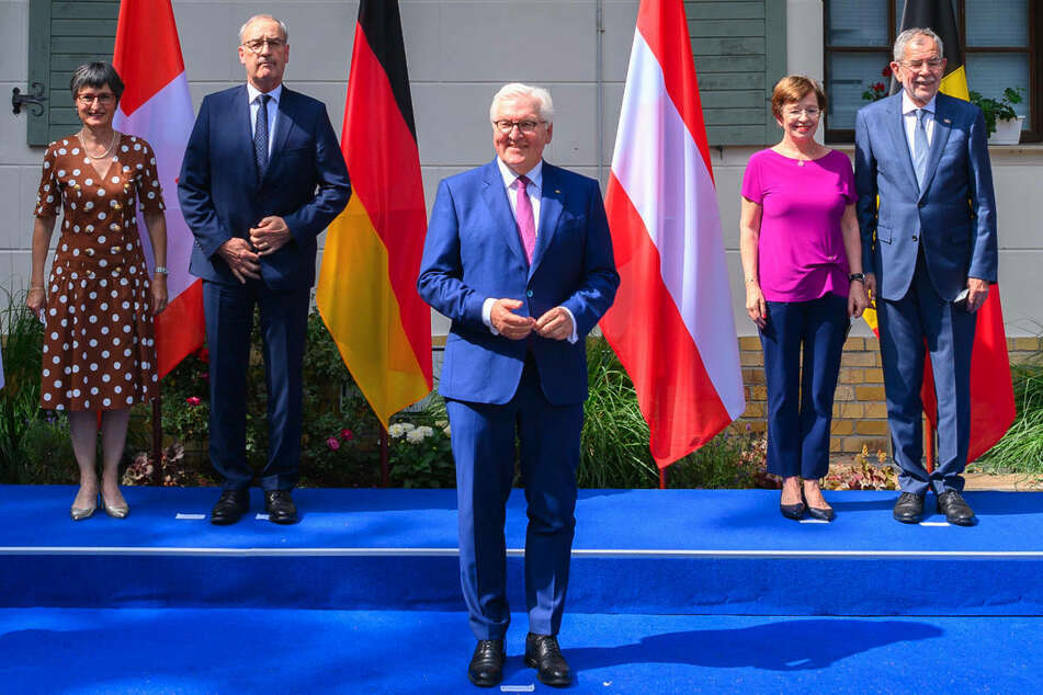 Bundespräsident Frank-Walter Steinmeier (65, M.) steht neben dem Schweizer Bundespräsidenten Guy Parmelin (2. v.l.) und dessen Ehefrau Caroline (l.) sowie dem österreichischen Bundespräsidenten Alexander Van der Bellen (r.) und dessen Ehefrau Doris Schmidauer.