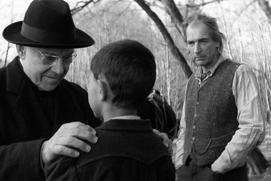 Der Priester (Harvey Keitel, 82, l.) meint es gut mit Joska (Petr Kotlar, 14, M.) und bringt ihn in vermeintlicher Sicherheit bei Garbos (Julian Sands, 63) unter. Der hat jedoch böse Dinge mit dem kleinen Jungen vor.