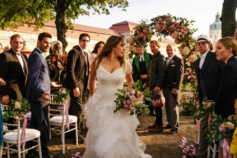 Lolle (Felicitas Woll) flüchtet von ihrer Hochzeit.