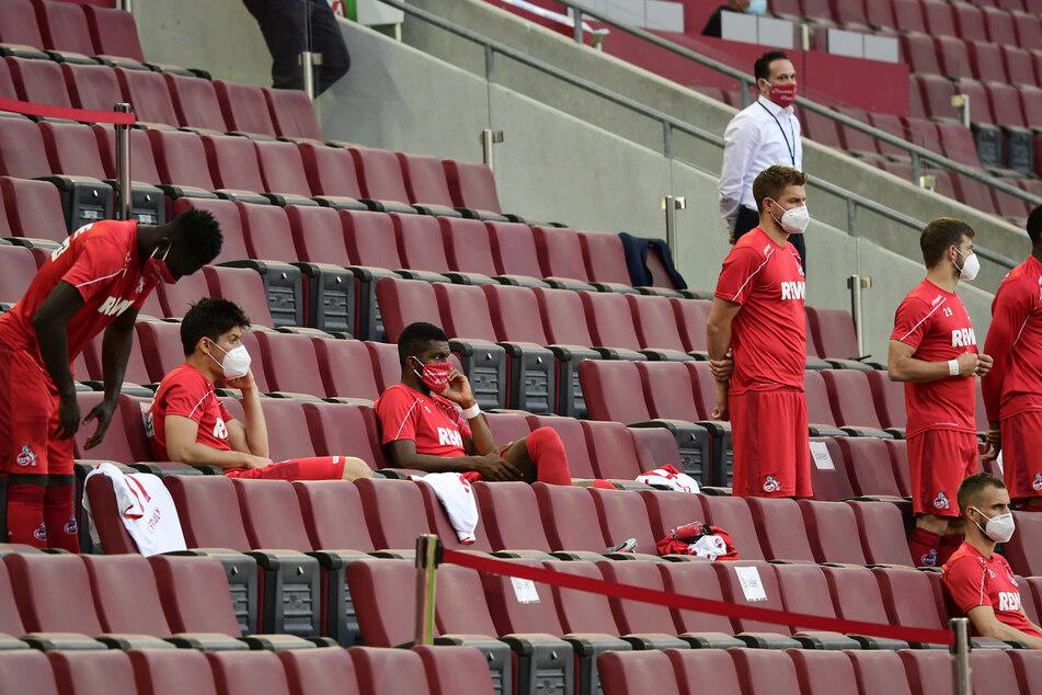 Aktuell nehmen Kölns Ersatzspieler auf der Tribüne Platz.