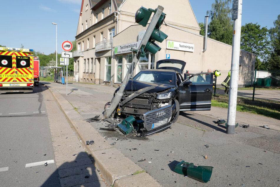 Am Mittwochabend krachte eine Audi-Fahrerin mit voller Wucht gegen eine Ampel.
