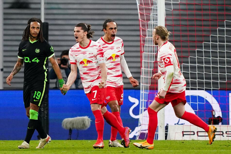 Jubel beim Kapitän: Marcel Sabitzer (2.v.l.) und RB Leipzig holten gegen den VfL Wolfsburg einen 0:2-Rückstand auf und kamen noch zu einem 2:2.