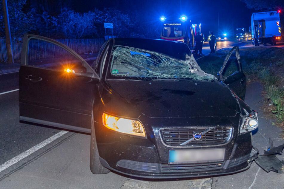 Bundesstraße voll gesperrt! Auto kracht mit Lkw zusammen