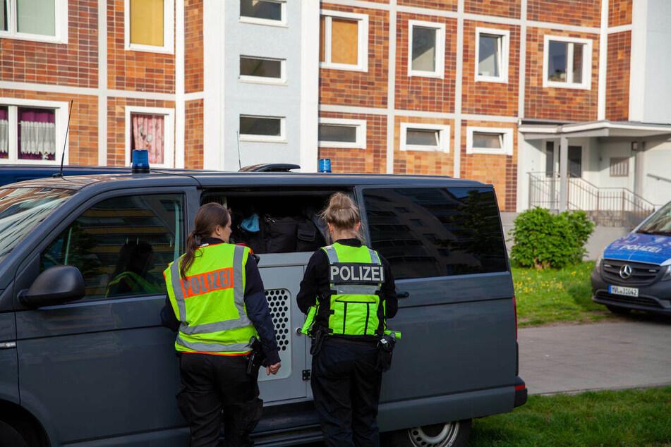 Zwei Polizistinnen stehen vor dem Tatort in Rostock.