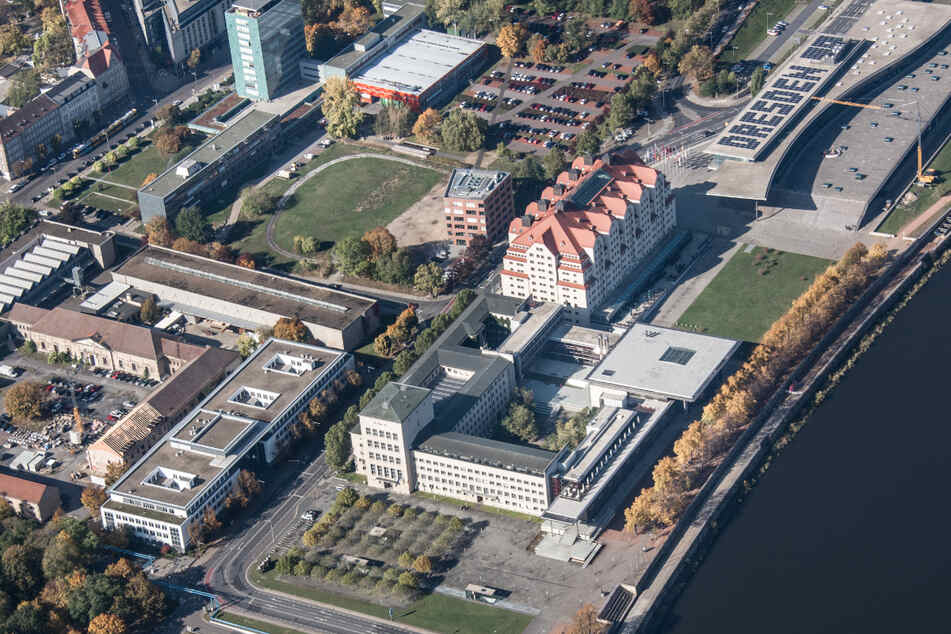 Das Dach des Internationalen Congress Centers Dresden trägt einen Photovoltaik-Schriftzug.