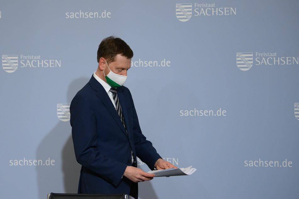 Michael Kretschmer (45, CDU) bei einer Pressekonferenz. Die aktuelle Corona-Situation bereitet ihm Sorgen.
