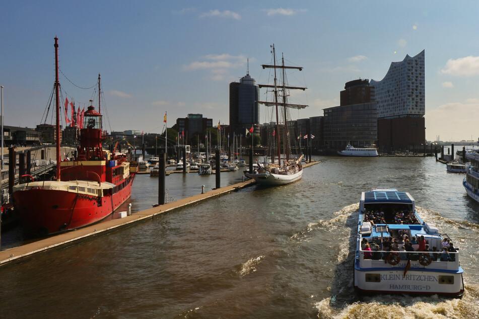 Der Hamburger Hafen und die Elbphilharmonie. Die Corona-Inzidenz in der Hansestadt ist am Samstag auf 99,0 gestiegen.