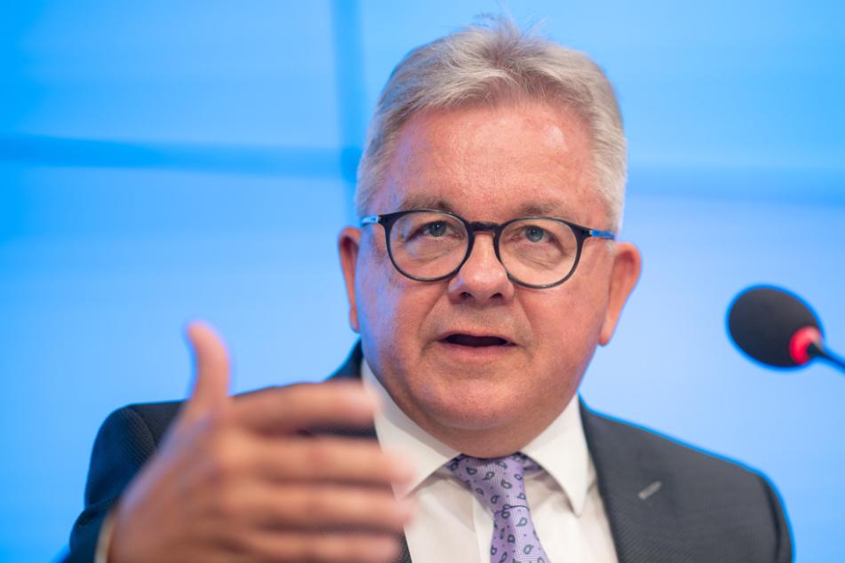 Guido Wolf (59, CDU), Minister der Justiz und für Europa von Baden-Württemberg, spricht während der Pressekonferenz.