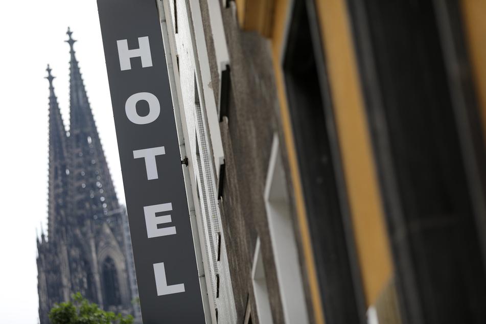Ein Schild hängt unweit vom Dom vor einem Hotel. Die Kritik am Beherbergungsverbot wird immer lauter.
