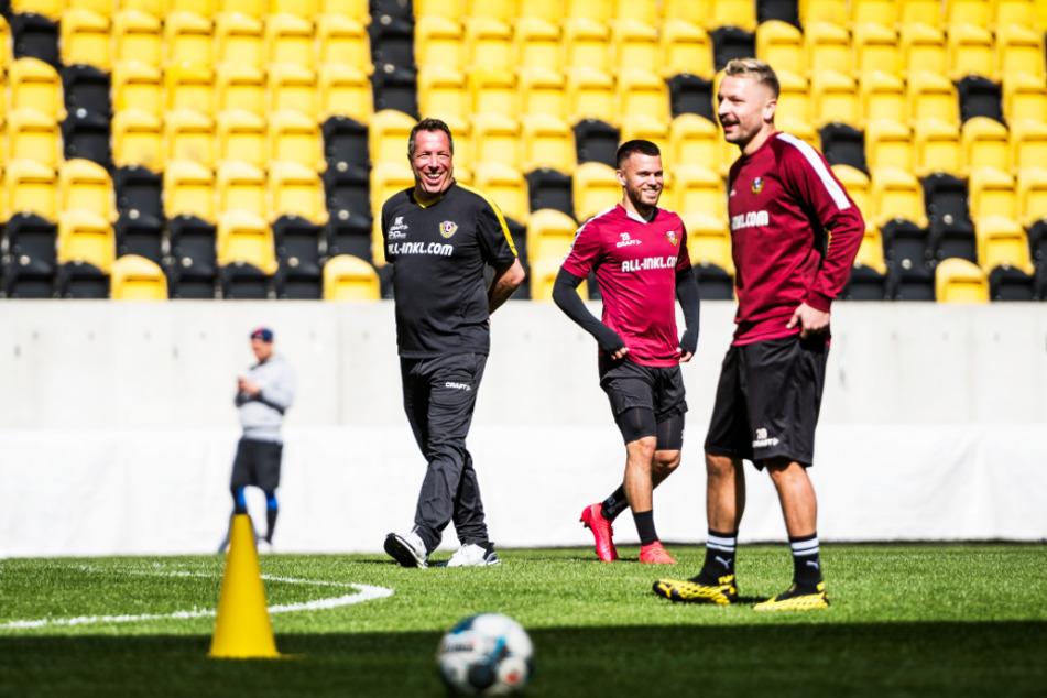 Die Freude war allen anzusehen: Dynamo-Coach Markus Kauczinski (l.), Sascha Horvath und Patrick Ebert (r.) lachten mit der Sonne um die Wette.