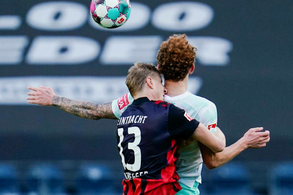 In der ersten Halbzeit eine Partie zum Wegschauen: Der Frankfurter Martin Hinteregger (l.) und Werders Josh Sargent im Kopfball-Zweikampf.