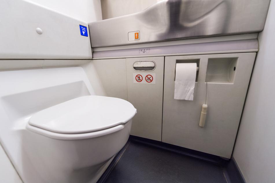 Weil er auf der Bordtoilette eines Flugzeugs rauchte, hat ein Passagier (24) am Sonntag den Feueralarm in der Maschine ausgelöst. (Symbolbild)