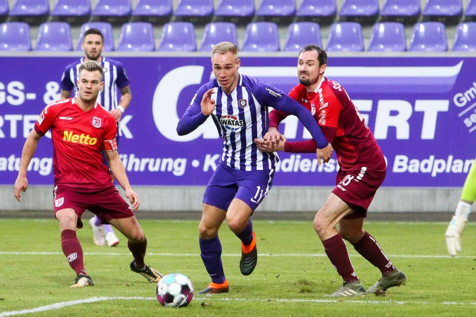 Aues Sturmjuwel Florian Krüger (2.v.r.) vergab in der 55. Minute einen Riesen!