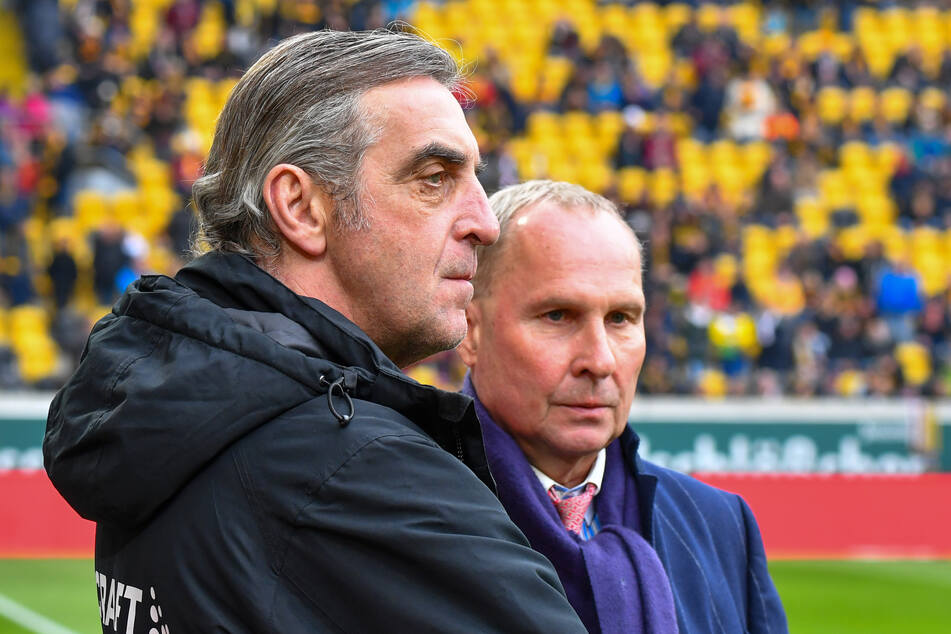Beide schauen gespannt, was jetzt auf sie zukommt: Dynamos Sportgeschäftsführer Ralf Minge (l.) und Aues Präsident Helge Leonhardt.