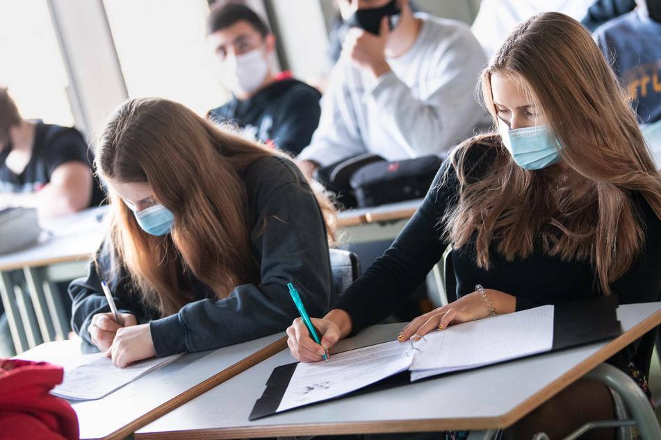 In Berlin gilt für Schülerinnen und Schüler mindestens bis Oktober weiterhin Maskenpflicht. (Symbolbild)