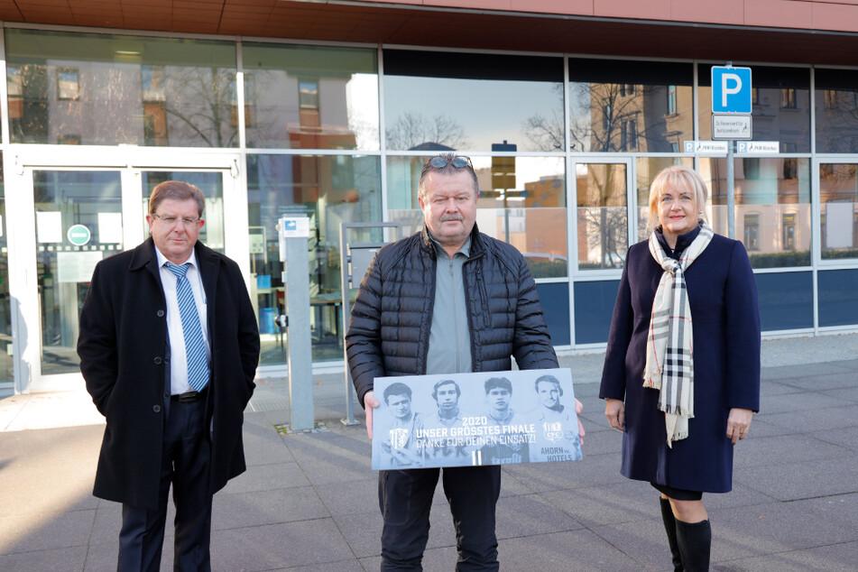 Stellvertretender CFC-Vorstandsvorsitzender Siegfried Rümmle (l.), Sponsor Jürgen Thomas (Mitte) und CFC- Vorstandsvorsitzende Romy Polster (r.) vor dem Amtsgericht Chemnitz.