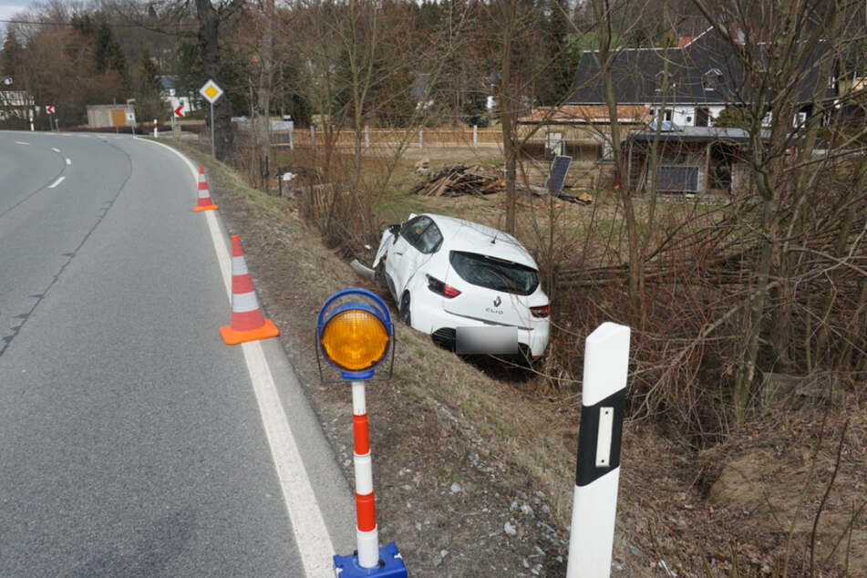 Der Wagen kam an einem Grundstückszaun mitten in Sträuchern zum Stehen.