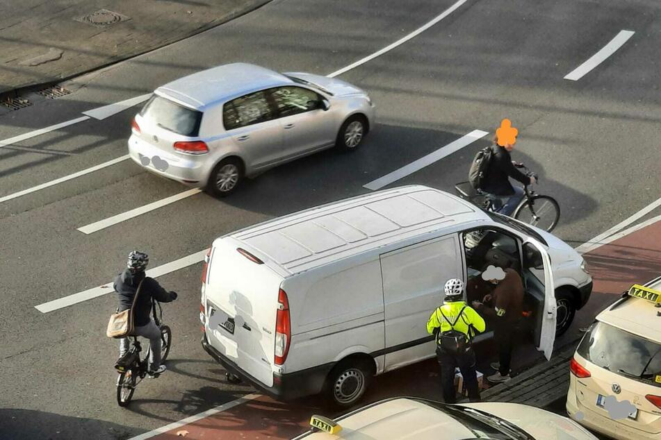 Paketfahrer parkt auf Radstreifen, wird erwischt und rastet voll aus