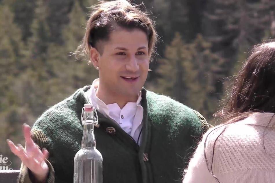 """""""Couple Challenge""""-Teilnehmerin Siria Campanozzi (21, r.) will ALLES über den ungeschminkten Savvas wissen."""