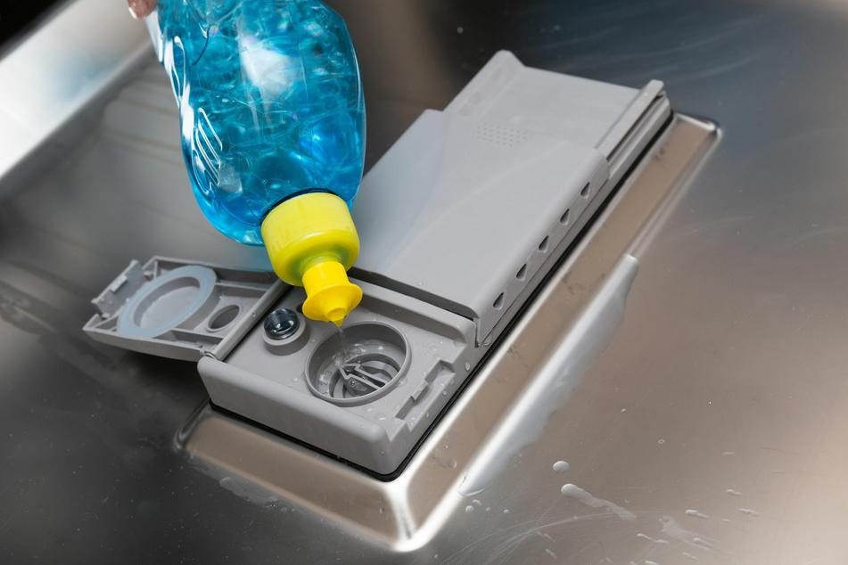 Klarspüler gehört eigentlich in die Spülmaschine, leistet aber auch in Glasduschen gute Arbeit.