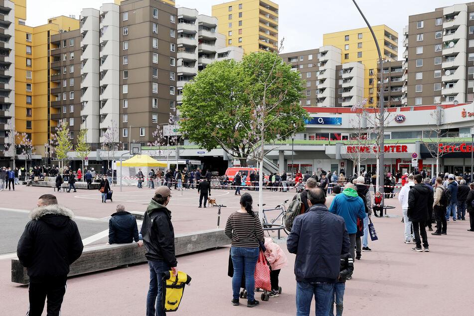 Das Kölner Impf-Projekt in sozialen Brennpunkten wie den Hochhaussiedlungen des Stadtteils Chorweiler ist vorerst ausgesetzt. (Symbolfoto)